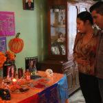 Familias mexicanas lloran en sus altares a sus mujeres asesinadas